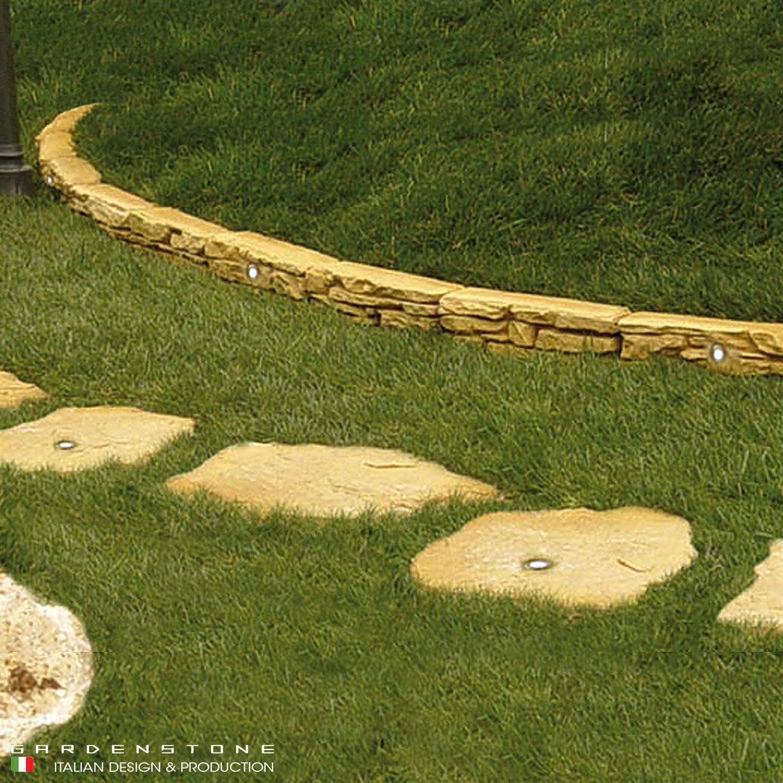 Bordure per aiuole e camminamento irregolare in finta pietra con faretti a incasso