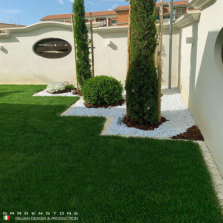 bordura per tosaerba che crea il contorno di un giardino erboso