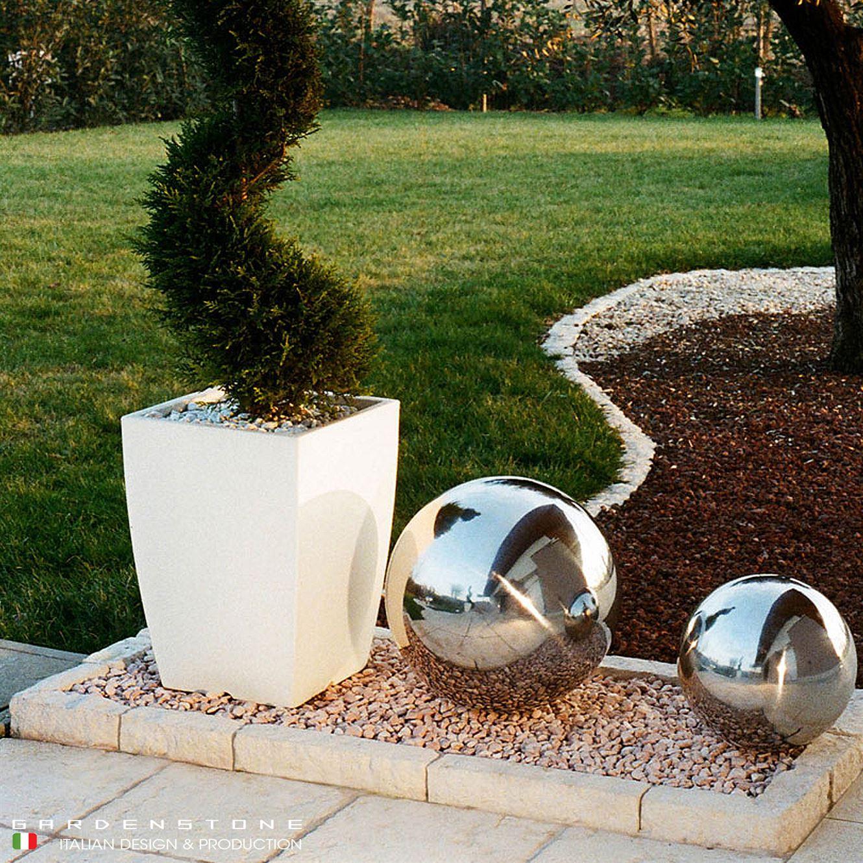 Bordure per aiuola per contenere sfere decorative e pianta finta