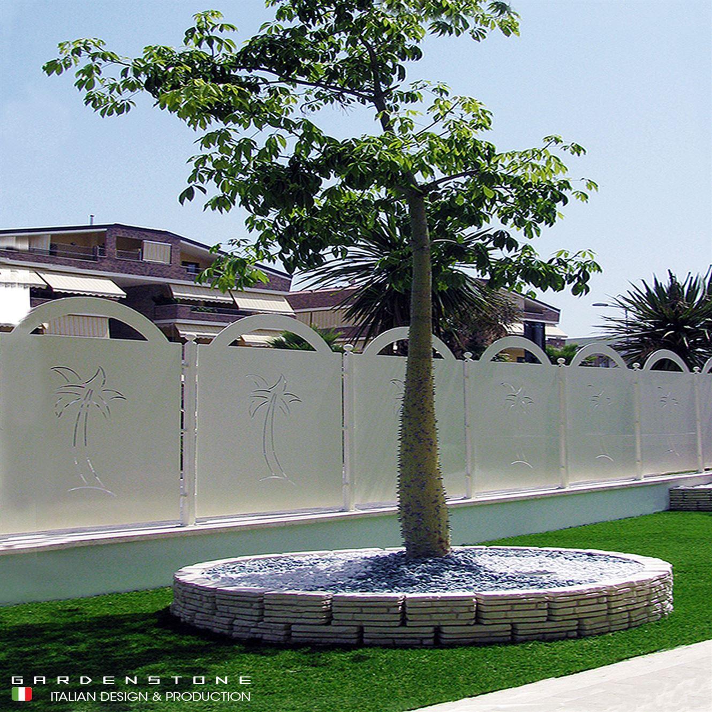 muretto circolare basso in finta pietra per contenere alberi con pavimento di ciottoli bianchi