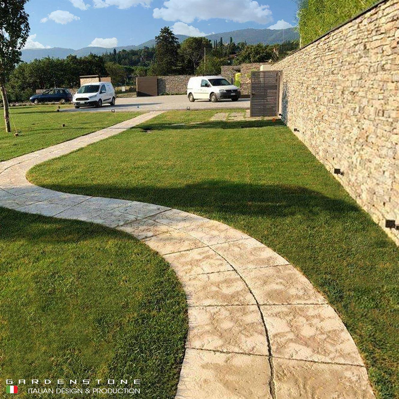 Camminamento a curva con piastre in finta pietra
