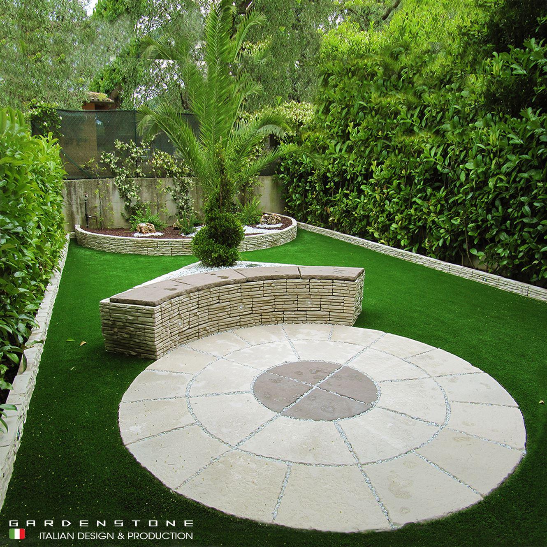 Pavimento circolare e muretto per sedersi in finta pietra