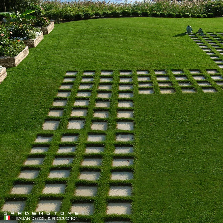 Camminamento da giardino con pavimentazione in mattonelle in finta pietra regolari distanziate