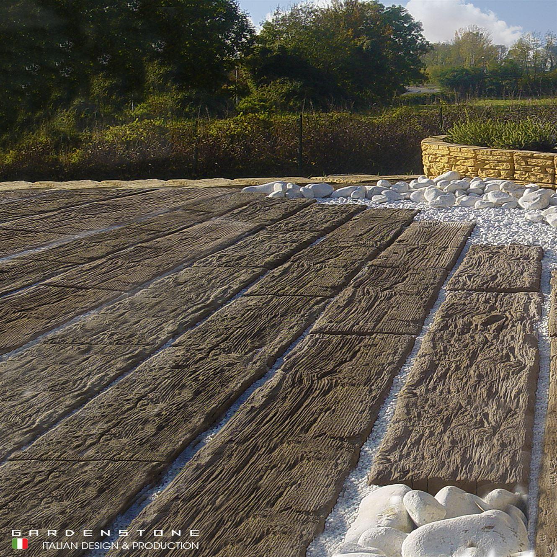Pavimenti in legno distanziato da fasci di sassi