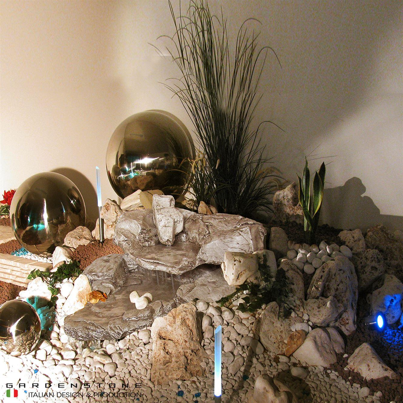 Cascata in finta pietra con faretti luminosi e sfere decorative