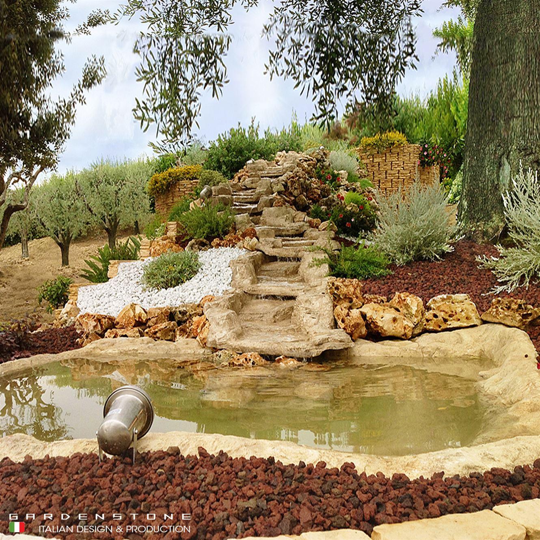 Cascata in finta pietra che sfocia in laghetto artificiale