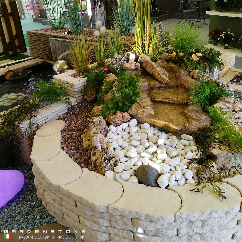 Cascata d'acqua su muretto in finta pietra