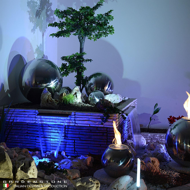 Lama d'acqua in finta pietra con sfere decorative, fire ball e arbusti