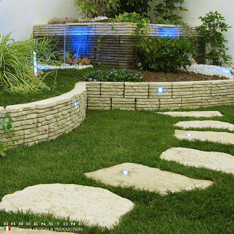 Lame d'acqua su muretto in finta pietra con camminamento irregolare distanziato con faretti incastonati