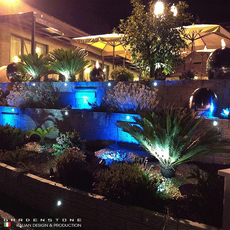 Lame d'acqua abbelliscono giardino a più livelli in visione notturna