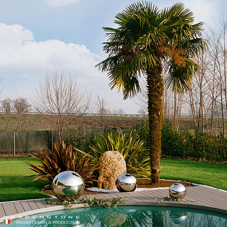 Sfere decorative da esterno vicino alla piscina