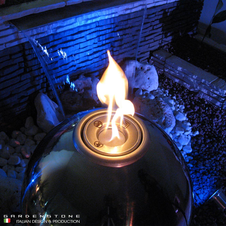 Fire ball accessa inserito in un muretto con lame d'acqua