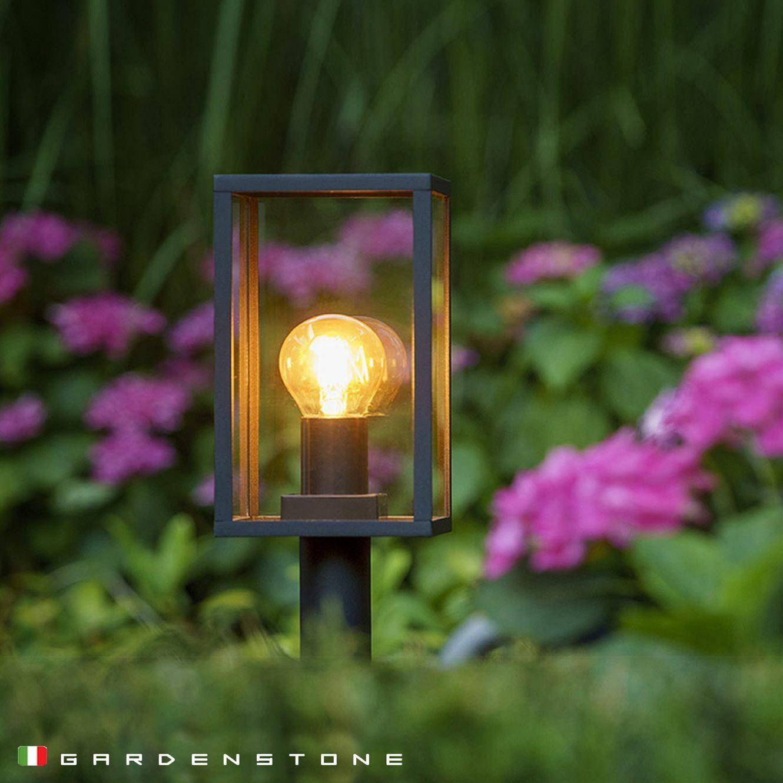 Lampioncino da giardino immerso nel verde