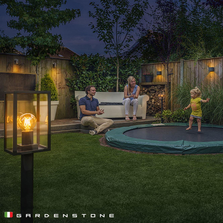 Lampioncini da giardino, famiglia felice che si gode le serate all'esterno