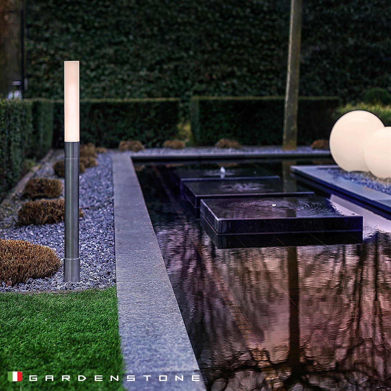 Lampioncino da giardino e sfere luminose sul bordo di un laghetto artificiale