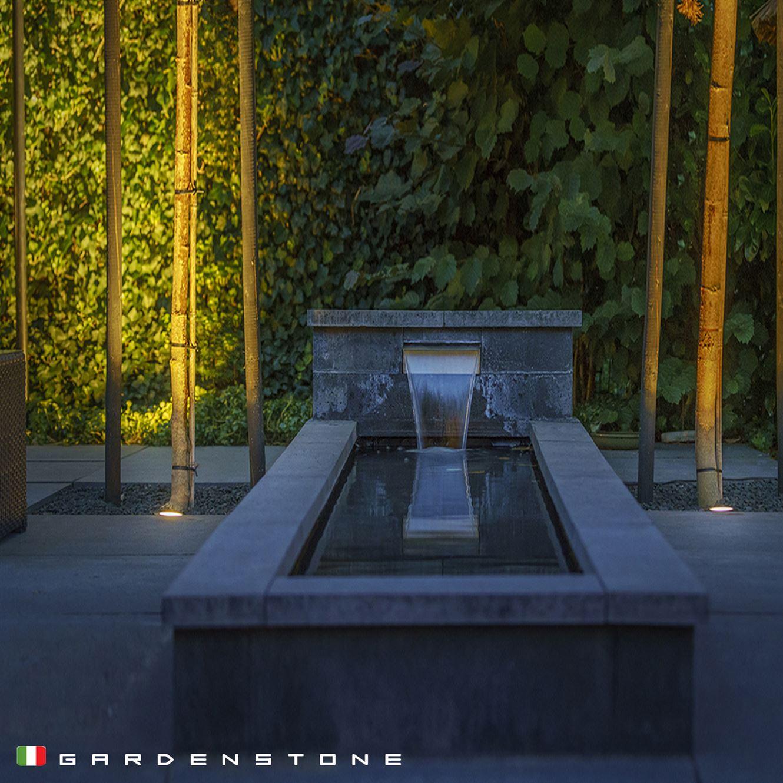 Faretti a incasso per l'illuminazione di una cascata artificiale da giardino