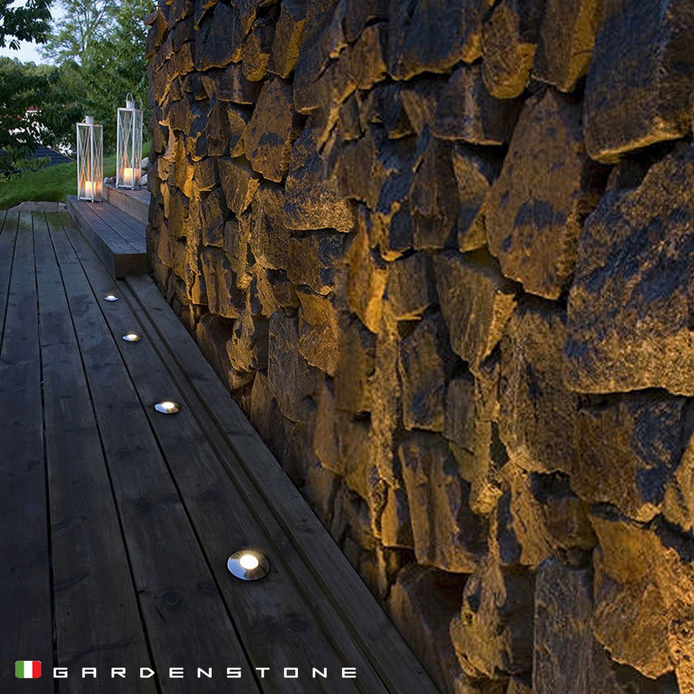 Faretti da incasso incastonati nel pavimento in legno